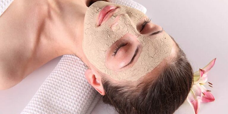 Đắp mặt nạ cám gạo là một cách hiệu quả để đẩy lùi quá trình lão hóa da.