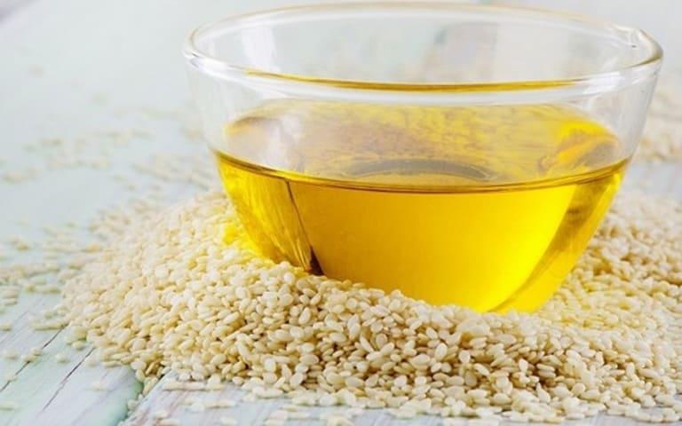 Cần nhai kỹ dầu mè mới đạt được hiệu quả giảm ê buốt răng và làm sạch răng miệng.