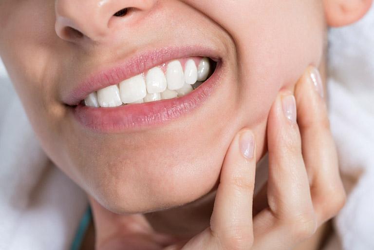 Đau nhức sau khi lấy tủy răng khiến người bệnh cảm thấy rất đau đớn và khó chịu