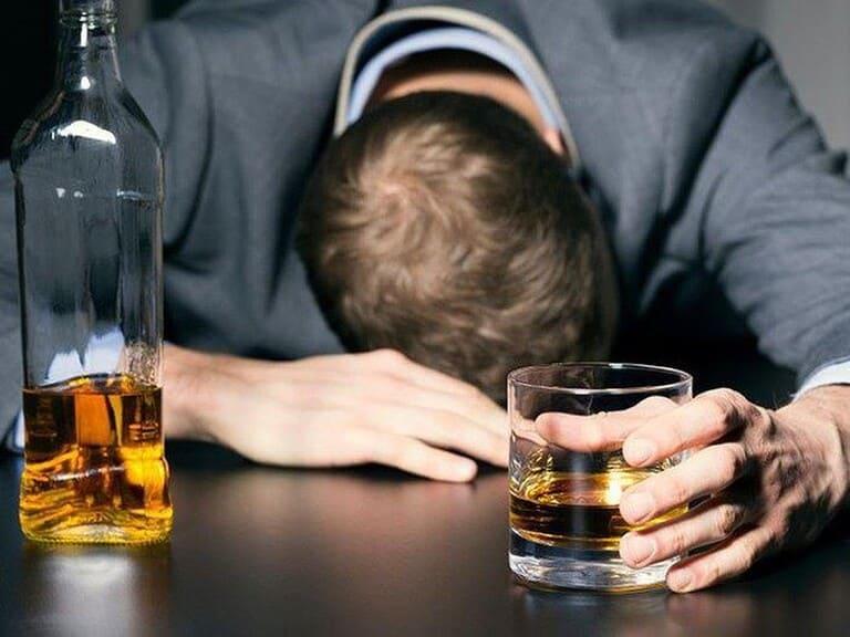 Đau nhức xương khớp sau khi uống rượu bia có nguy hiểm?