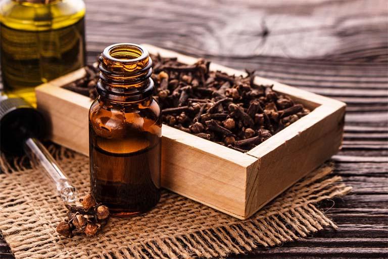 Thoa một lượng tinh dầu đinh hương trực tiếp lên vị trí răng khôn bị đau và để qua đêm