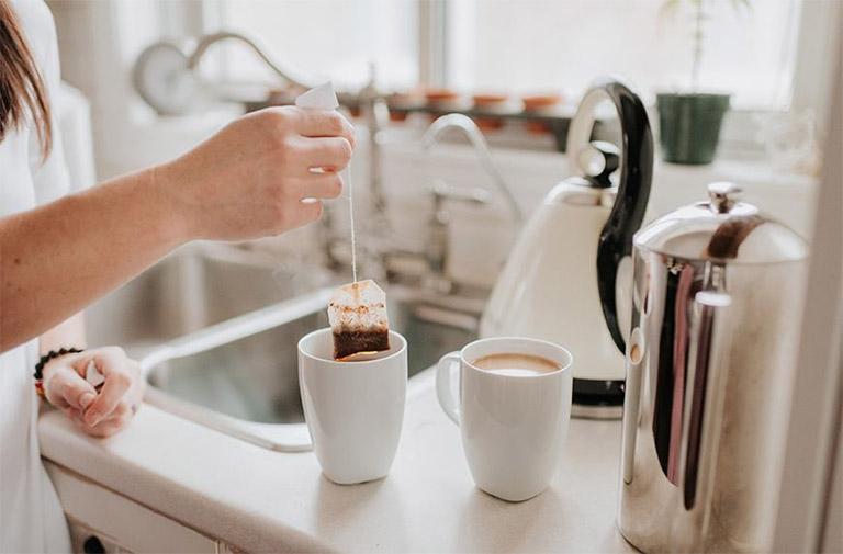 Thành phần tanin có trong túi trà có tác dụng giảm sưng tấy, cải thiện tình trạng đau răng khôn khi về đêm