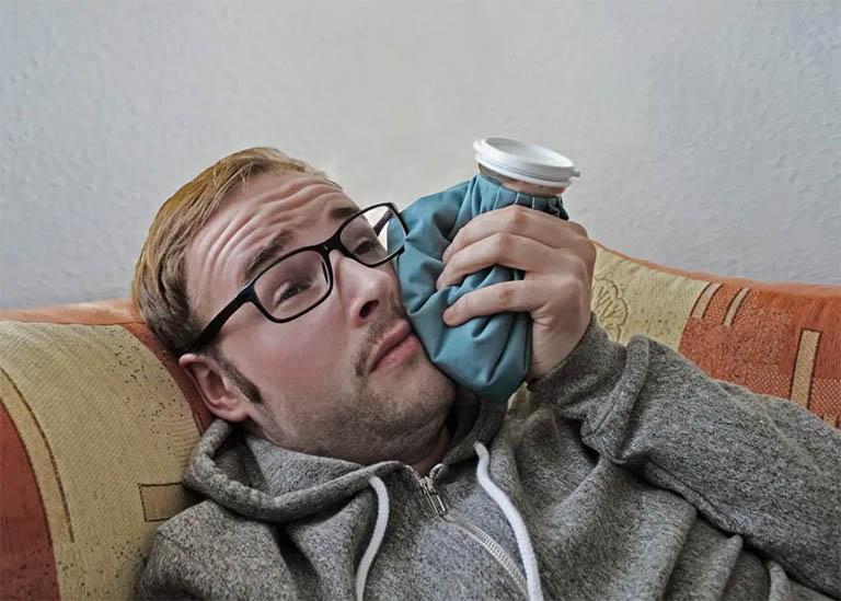 Chườm lạnh là một trong những cách giảm đau răng khôn hữu hiệu, giúp tăng cường máu và làm tê liệt tạm thời các dây thần kinh
