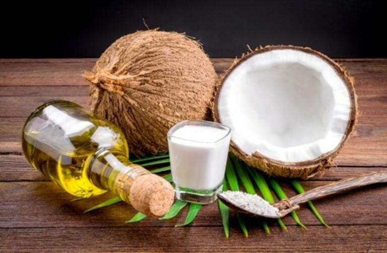 Dùng dầu dừa tẩy tế bào chết cho da sau sinh để tránh tình trạng khô và hạn chế mụn trên da.