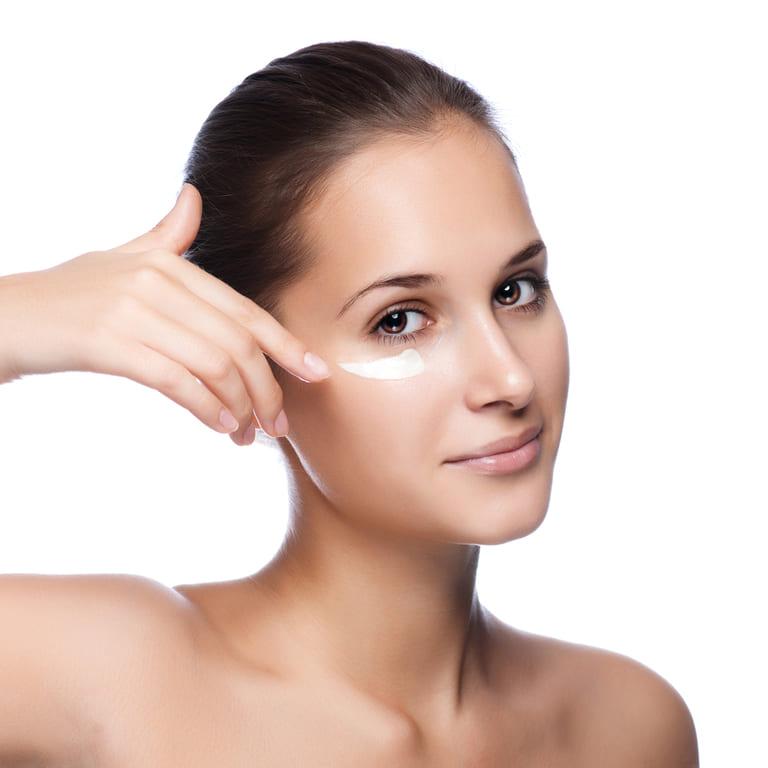 Bạn cần dùng kem mắt khi thực hiện các bước chăm sóc da để đẩy lùi tình trạng lão hóa da ở vị trí nhạy cảm này.