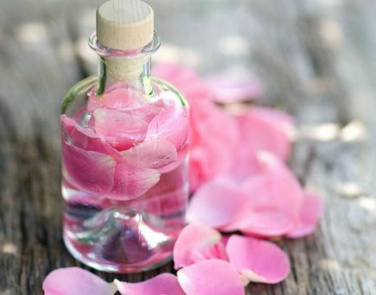 Nếu thuộc da dầu, bạn càng không được quên dùng nước hoa hồng khi thực hiện các bước chăm sóc da.