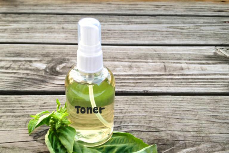 Sau khi làm sạch da, dùng toner để cân bằng độ pH.