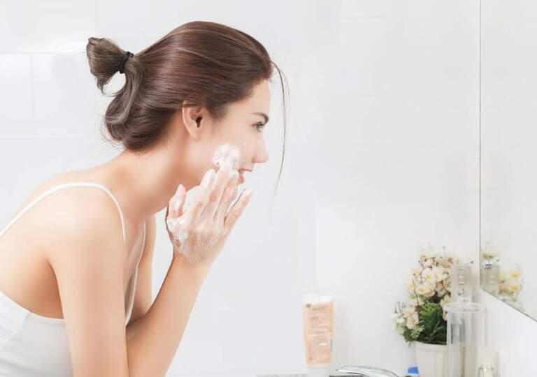 Dùng sữa rửa mặt sau khi tẩy trang để da được làm sạch hoàn toàn.