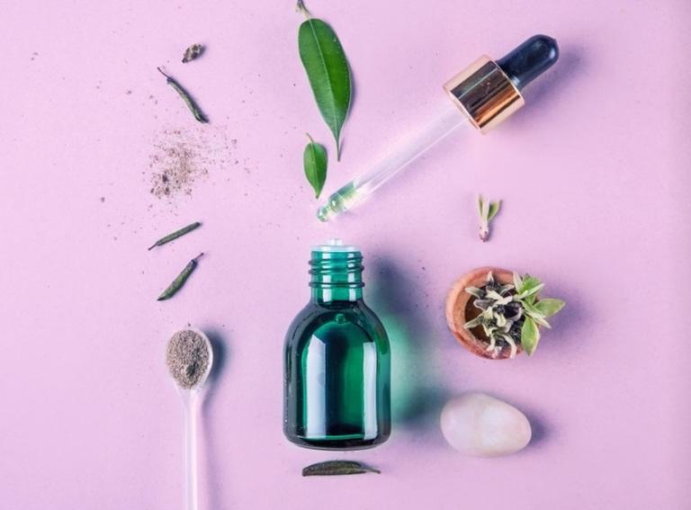 Serum là trắng, mịn và se khít lỗ chân lông. Bên cạnh đó, nó còn được dùng để đặc trị các vấn đề về da.