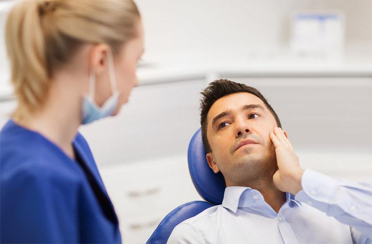 Tìm gặp nha sĩ nếu tình trạng ê buốt chân răng hàm dưới càng trở nên nghiêm trọng hơn
