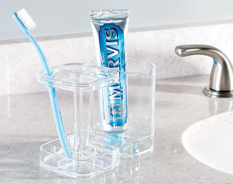 Sử dụng bàn chải đánh răng mềm, kem đánh răng chống ê buốt để cải thiện tình trạng ê buốt chan răng hàm dưới ngay tại nhà