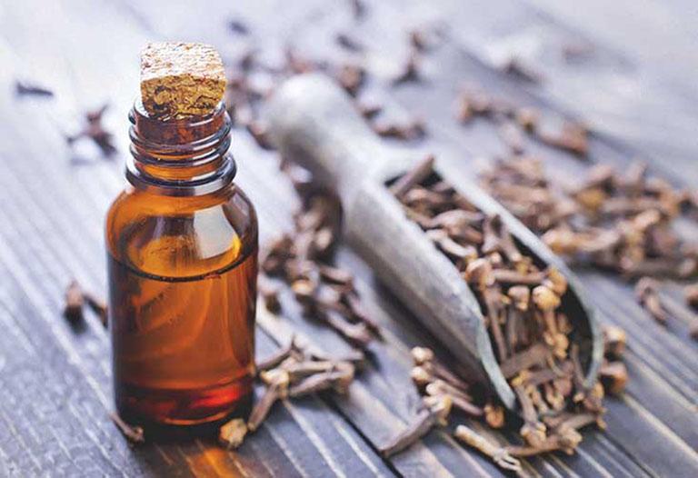Hoạt chất eugenol trong dầu đinh hương có tác dụng gây tê và giảm đau hiệu quả