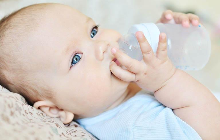 Hạn chế dùng bình sữa sau khi sinh để cải thiện tình trạng thiếu sữa