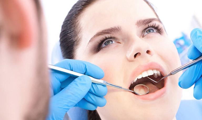 Đến gặp bác sĩ nha khoa tiến hành thăm khám và điều trị dứt điểm nguyên nhân gây đau răng