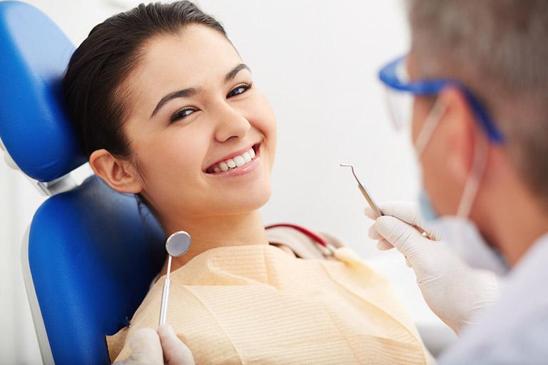Nên đến gặp bác sĩ chuyên khoa tiến hành thăm khám để được hướng dẫn điều trị phù hợp