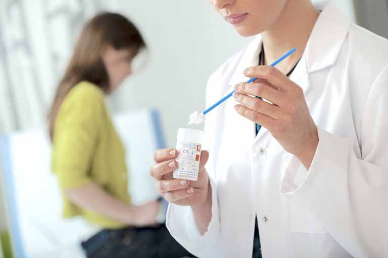 Bác sĩ sẽ tiến hành khám nghiệm trước khi đưa ra lộ trình điều trị cụ thể