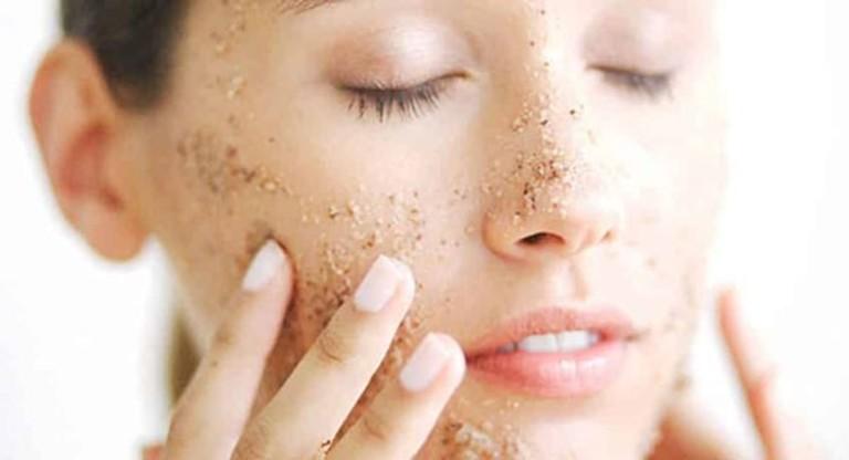 Tẩy tế bào chết vào buổi sáng dễ khiến da bị thương tổn trước các tác động từ môi trường bên ngoài.