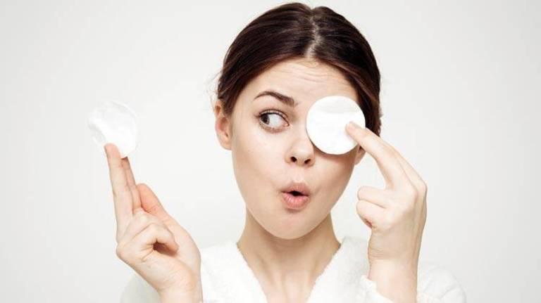 Cần kết hợp dùng nước tẩy trang với sữa rửa mặt để đảm bảo da được loại bỏ hoàn toàn bụi bẩn.