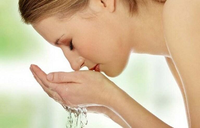 Làm sạch và dưỡng ẩm cho da sau sinh là yếu tố cơ bản đầu tiên để có một làn da đẹp.
