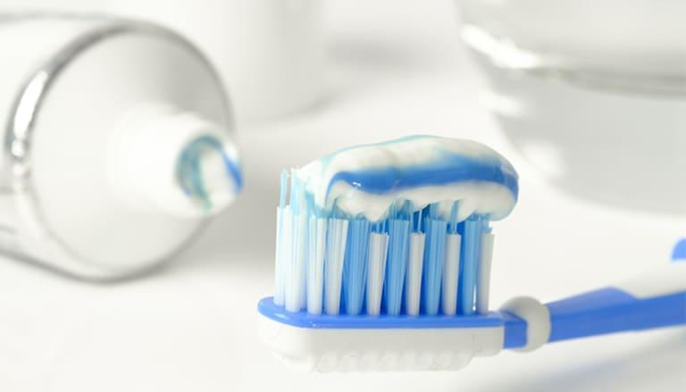 Lưu ý là bàn chải và kem đánh răng là một cách giúp bạn cải thiện hiệu quả giảm ê buốt răng khi áp dụng các cách điều trị theo kinh nghiệm dân gian.
