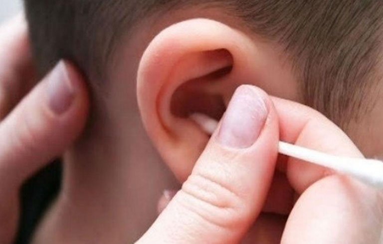 Nên vệ sinh tai sạch sẽ trước khi dùng lá hẹ trị viêm tai giữa