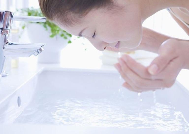 Hãy luôn nhớ vệ sinh da với nước sạch và lau khô trước khi đắp mặt nạ rau má.