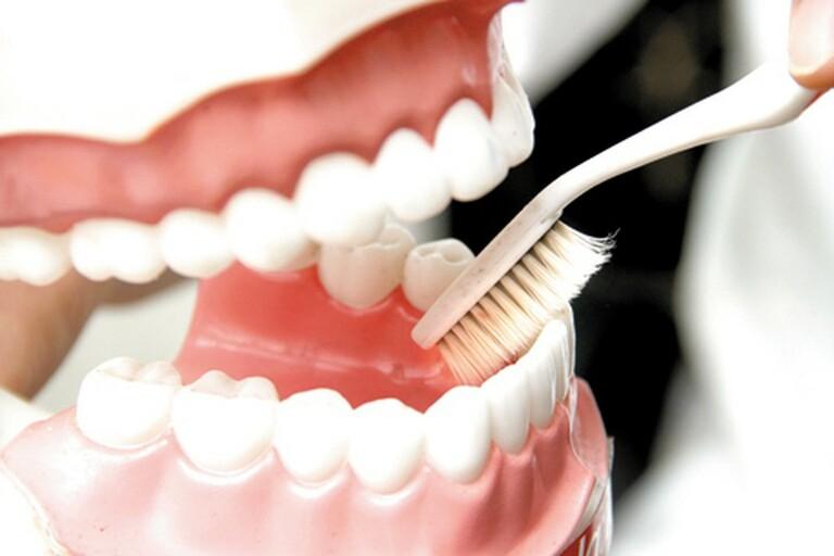 Vệ sinh răng miệng khi nướu bị teo nên kết hợp với kem đánh răng hoặc thuốc điều trị thích hợp.