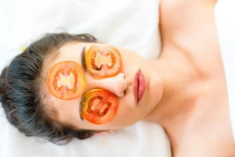 Cà chua kết hợp cùng sữa tươi không đường hỗ trợ chữa nám da hoặc tàn nhang.