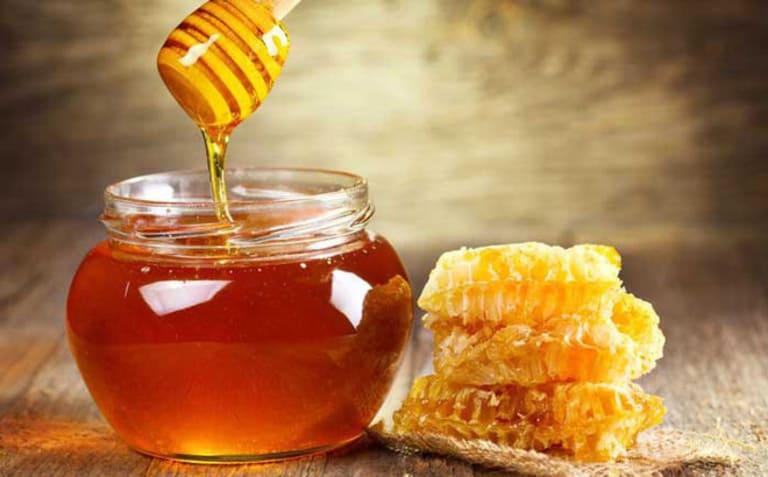 Mặt nạ mật ong và rau má giúp da sạch mụn và đẩy lùi quá trình lão hóa da.