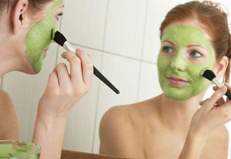 Mặt nạ từ lá rau má không những chữa mụn mà còn làm trắng mịn da.