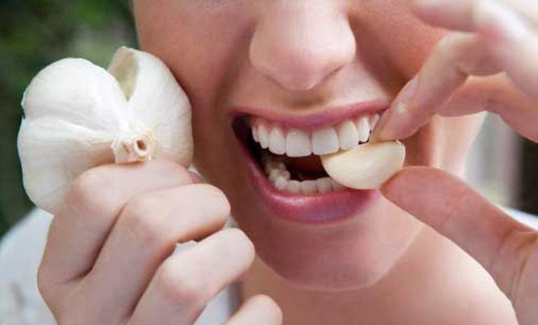 Nếu chịu được vị hăng của tỏi thì đây là một trong những mẹo chữa ê buốt răng nhanh chóng.