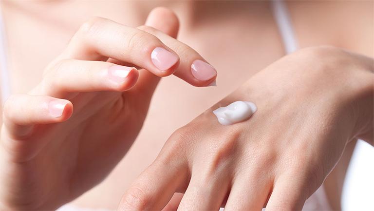 Dùng kem dưỡng ẩm hoặc kem đặc trị nám trên da tay