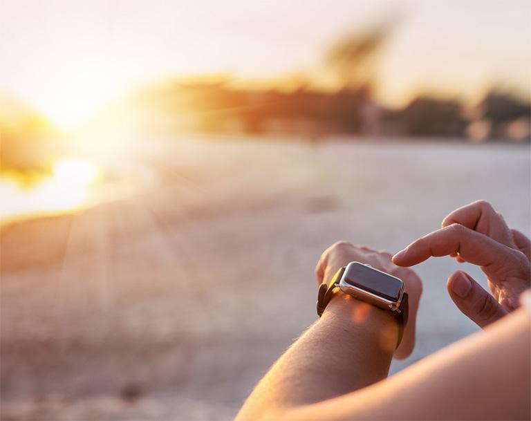 Khi da tay tiếp xúc trực tiếp nhiều với ánh nắng mặt trời sẽ kích thích quá trình sản sinh thêm melanin (nguyên nhân chính gây nên tình trạng nám da)