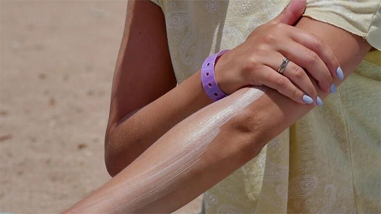 Bôi kem chống nắng cho cánh tay và bàn tay trước khi tiếp xúc với ánh nắng mặt trời để tránh bị nám da tay