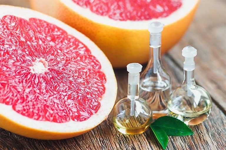 Tinh dầu bưởi có tác dụng chống oxy hóa, làm chậm quá trình lão hóa da và nâng cao sức khỏe của da dẻ