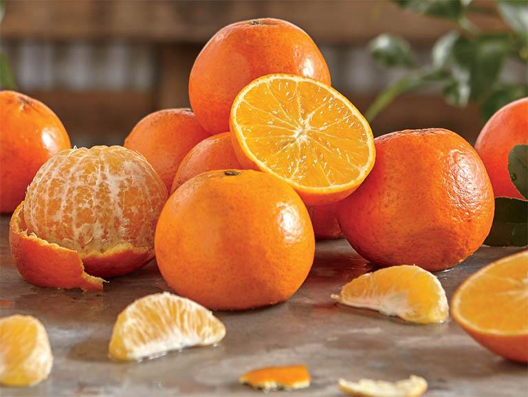 Hàm lượng vitamin C và acid lactic có trong quả cam có tác dụng làm sáng da, xóa các vết thâm đen trên da tay