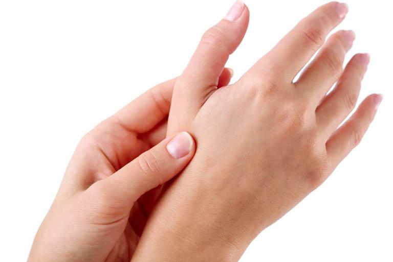 Ngủ dậy bị đau các khớp ngón tay là bị gì? Có nguy hiểm?