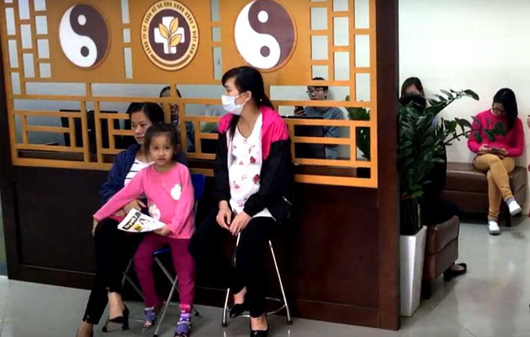 Chị Nguyễn Thị Huyền và chị Nguyễn Thúy Hằng cùng con gái tại Trung tâm Đông y Việt Nam