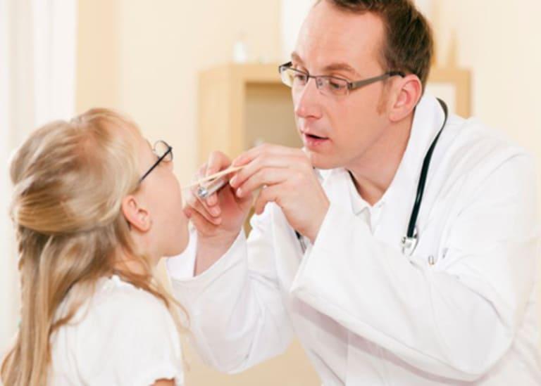 Hãy đưa trẻ đến cơ sở y tế kiểm tra khi nướu răng bị sưng và có mủ kéo dài nhiều ngày không khỏi.