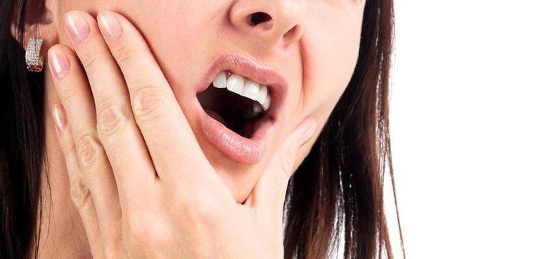 Nguyên nhân gây ê buốt răng có thể do nhiều yếu tố khác nhau tác động.