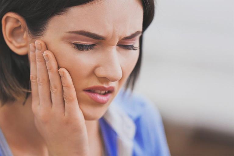 Bệnh nhiệt miệng thường gây ra các triệu chứng ngứa hoặc bị rát khi nuốt nước bọt, nhai thức ăn