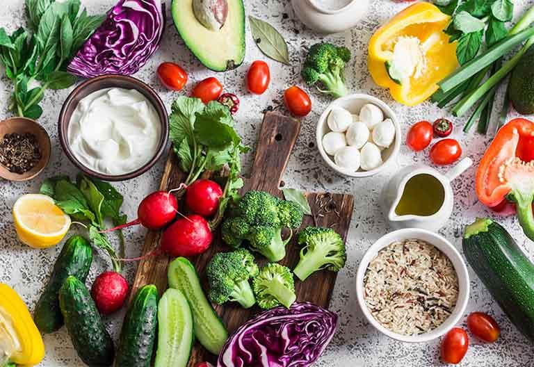 Tăng cường bổ sung cho cơ thể những dưỡng chất cần thiết có trong rau xanh, trái cây, củ quả, đặc biệt là những thực phẩm giàu vitamin B12, C, A, sắt, kẽm,...