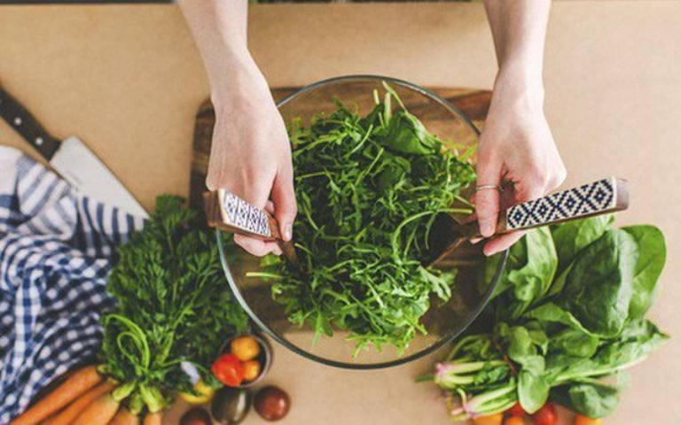 Một chế độ ăn uống hợp lý, tăng cường ăn nhiều rau xanh sẽ giúp bạn nhanh chóng đẩy lùi mụn