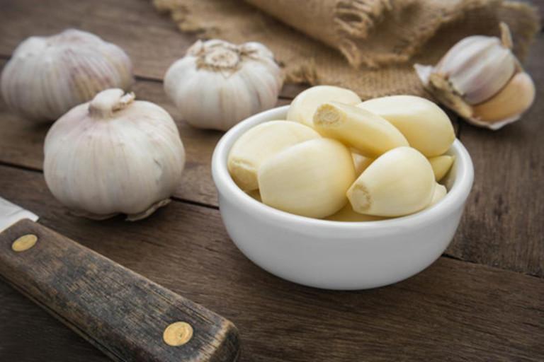 Nếu không ngại mùi hăng của tỏi, nước ép từ loại gia vị này sẽ giúp tình trạng đau răng hàm trong cùng nhanh chóng thuyên giảm.