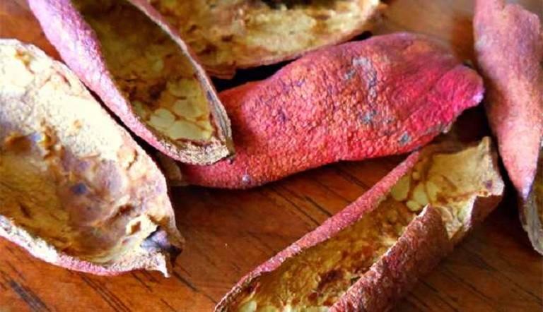 Phơi khô vỏ lựu để làm bài thuốc chữa đau dạ dày