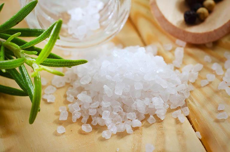 Cách sử dụng muối biển điều trị răng ê buốt và nhức