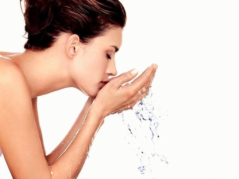 Nếu chỉ dùng nước rửa mặt thì không thể làm sạch bụi bẩn bám sâu trong lỗ chân lông.