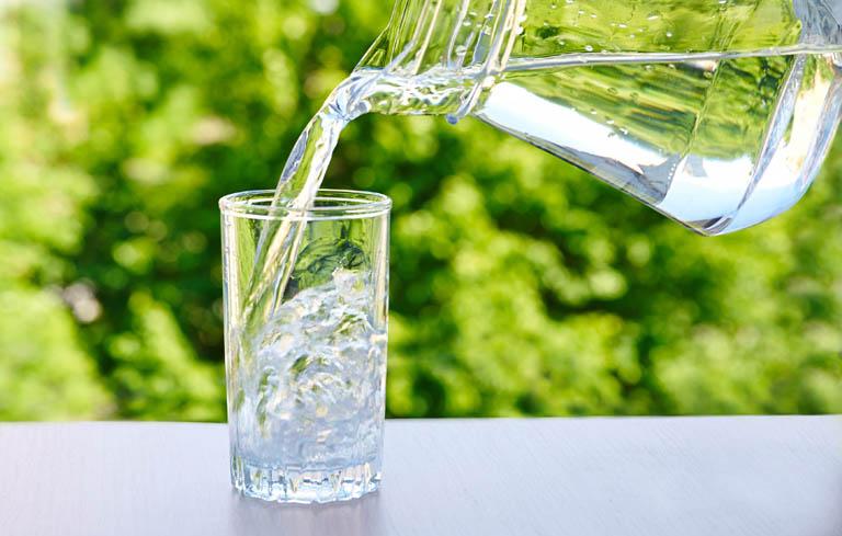 Sản phụ nên uống đầy đủ 2-3 lít nước mỗi ngày