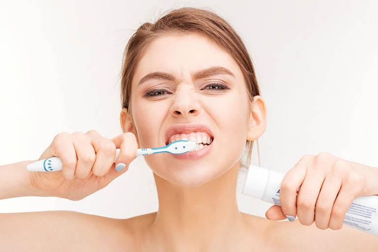Chế độ chăm sóc chưa tốt sau khi hàn răng