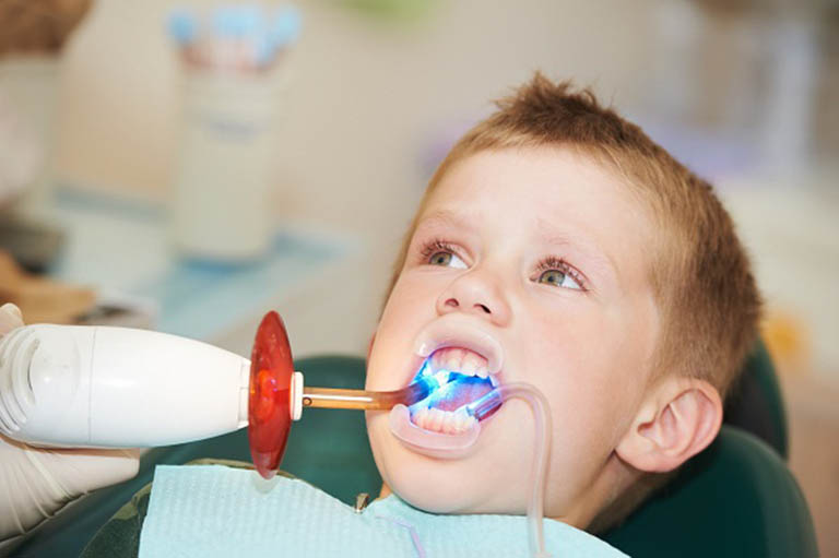 Trẻ bị áp-xe răng cần được thăm khám và xử lý sớm tình trạng